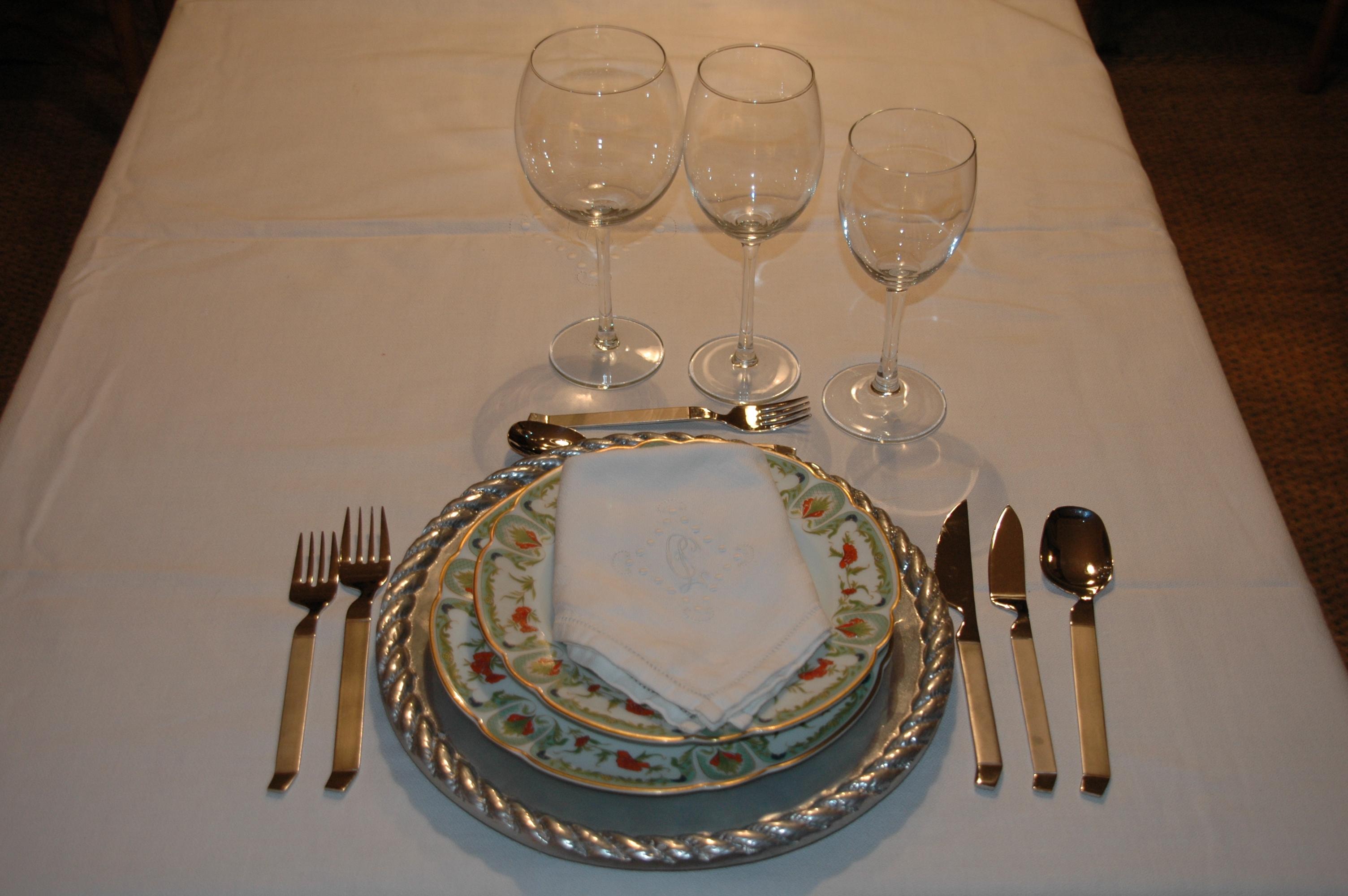Elementos y decoraci n de la mesa y ii for Orden de los cubiertos en la mesa